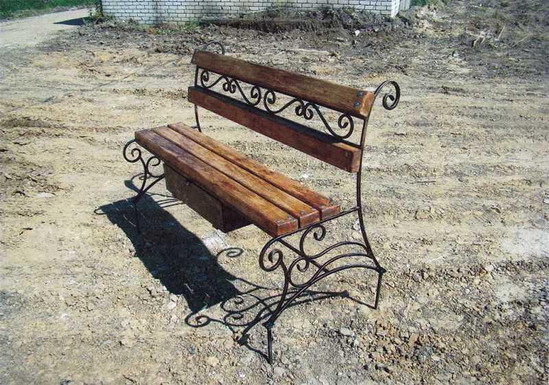 Кованая скамейка с ящиком для могилы