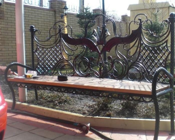Парковая кованая ажурная скамейка с деревом