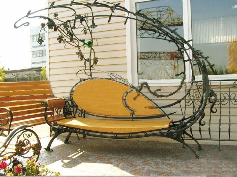 Кованая садовая скамейка с полуаркой виноградная лоза