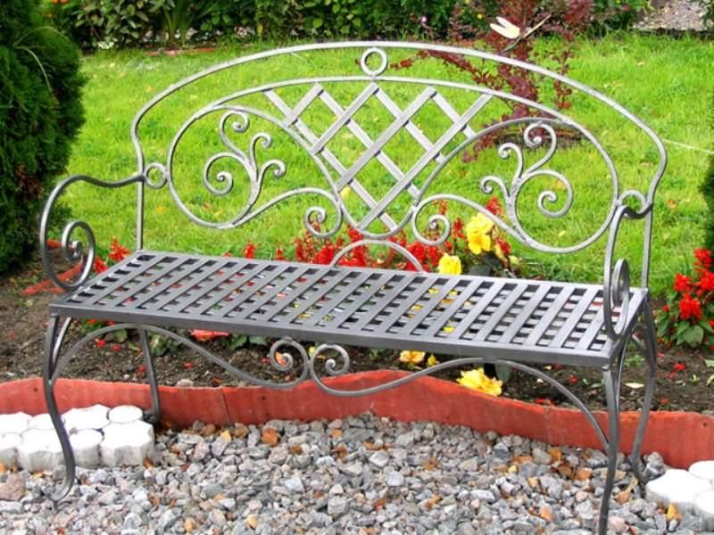 Старинная кованая скамейка для сада