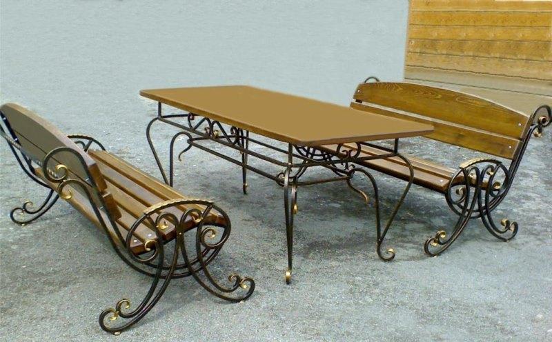 Кованые элегантные скамейки и столик