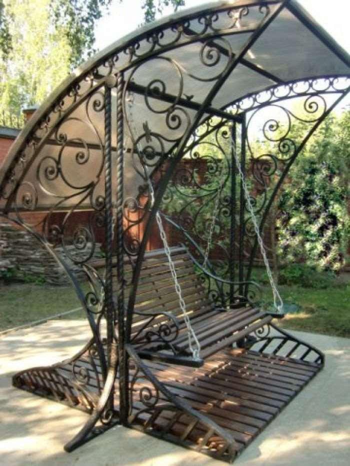 Кованая скамейка качели для сада