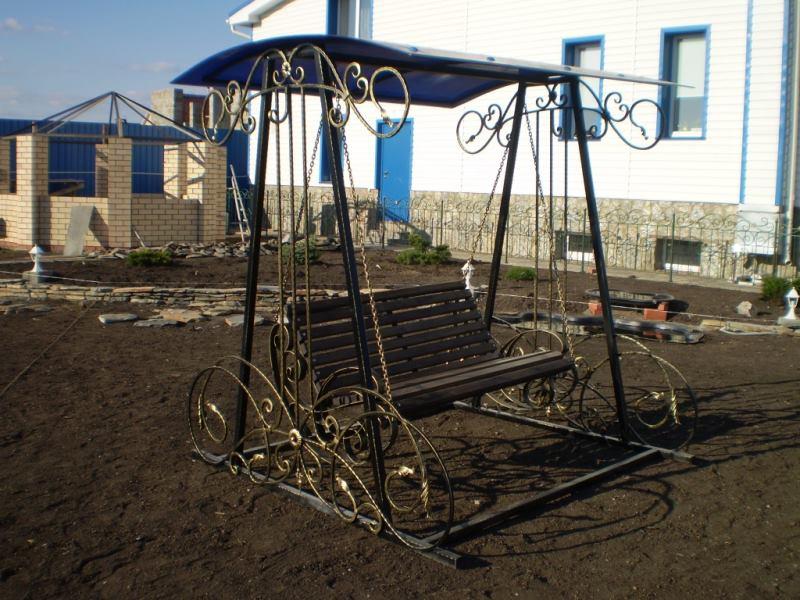 Металлическая кованая скамейка качели