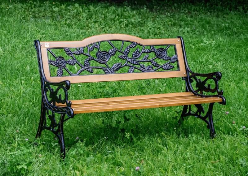 """Кованая скамейка со спинками, украшенная изящным орнаментом """"Розы"""""""