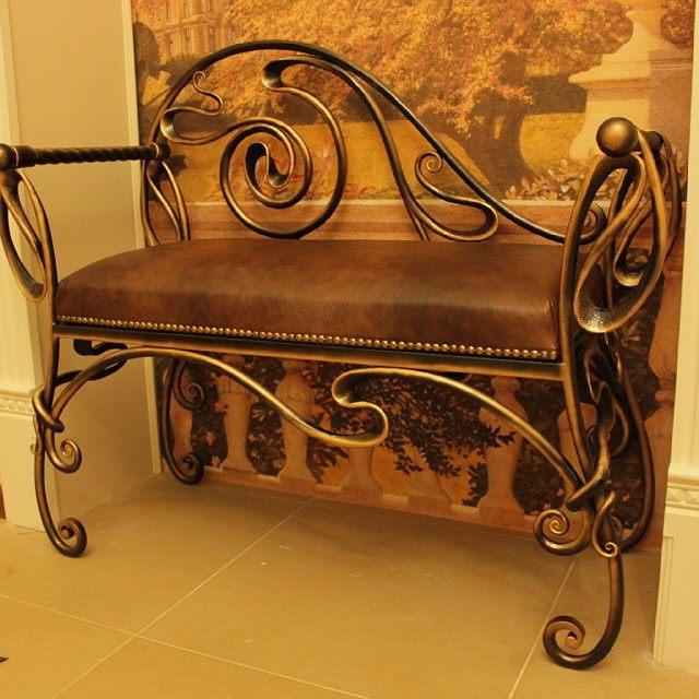 Кованая скамейка с мягким кожаным сиденьем для прихожей