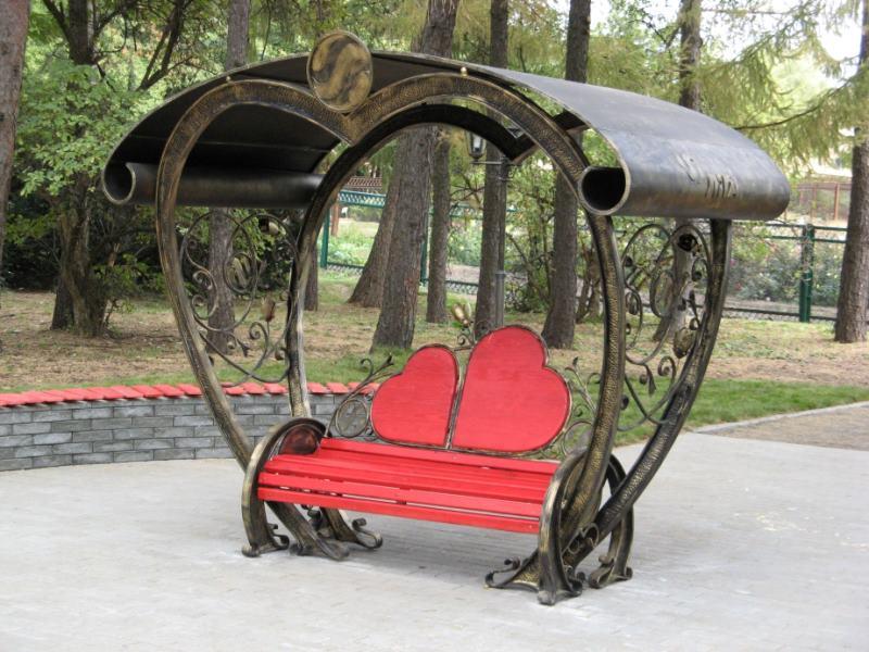 Эксклюзивная кованая скамейка для влюбленных
