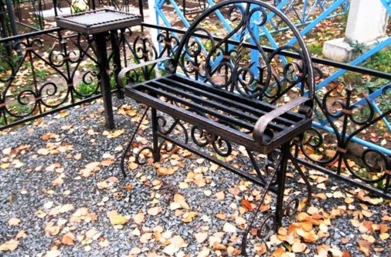 Простые кованые скамейки на кладбище