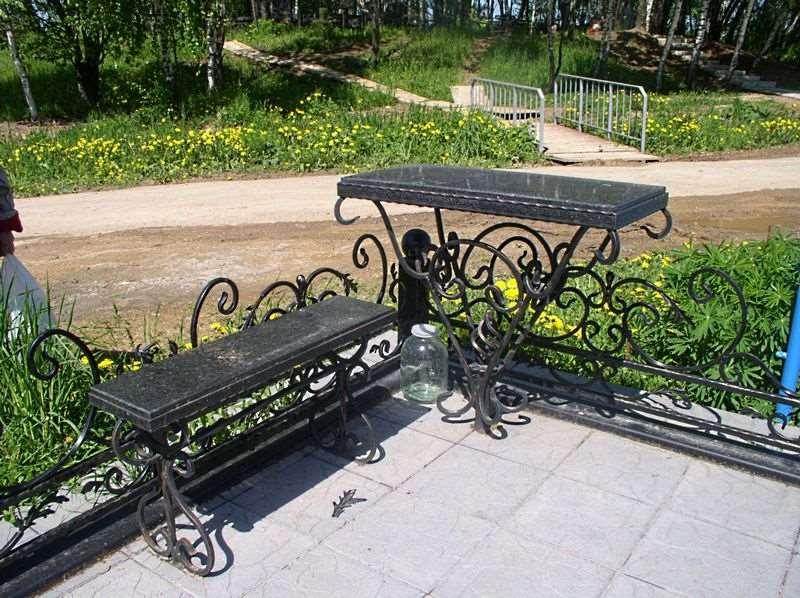 Практичная кованая скамейка с мраморной доской на кладбище