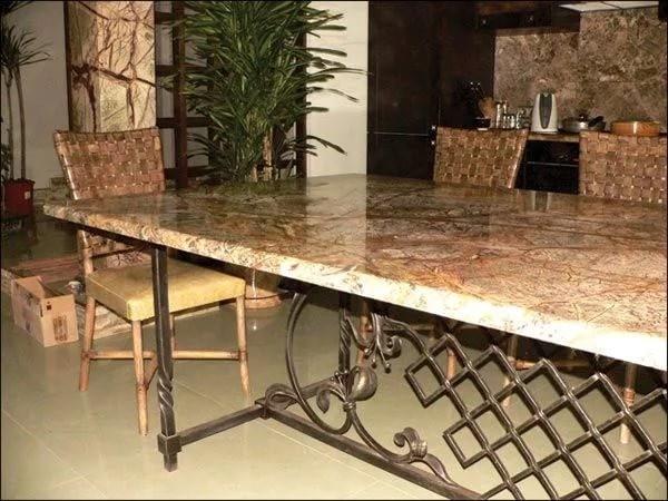 Длинный кованый стол с каменной столешницей