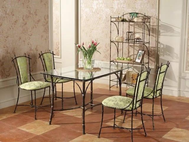Тонкие кованые обеденные столы в светлом интерьере
