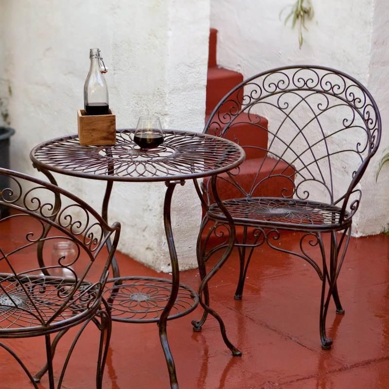 Изысканный кованый стол со стульями в плетеном стиле