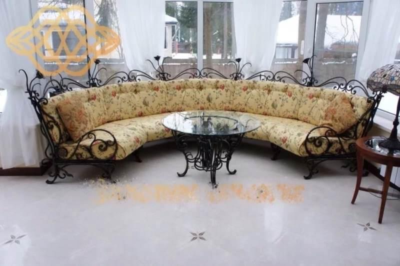 Уютный кованый диван со столом для большой семьи