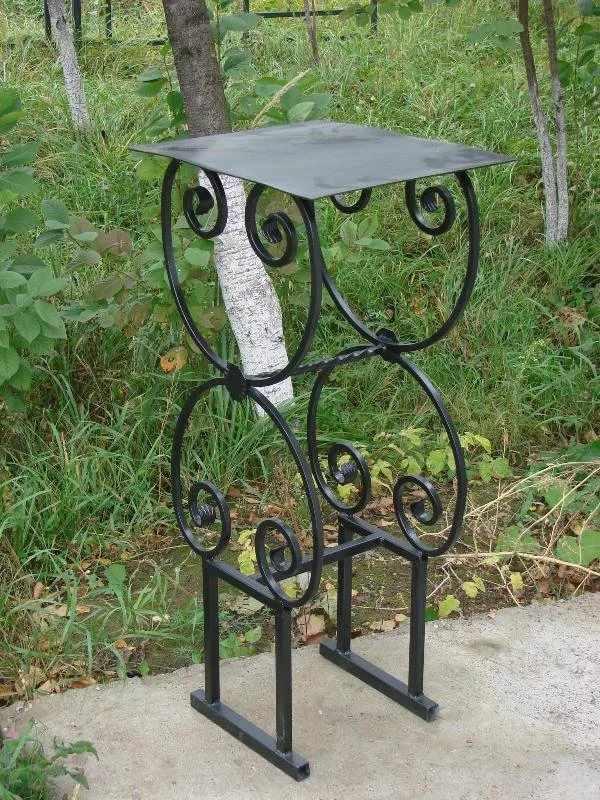 Сдержанный кованый стол на кладбище