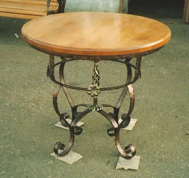 Круглый кованый стол с деревянной столешницей