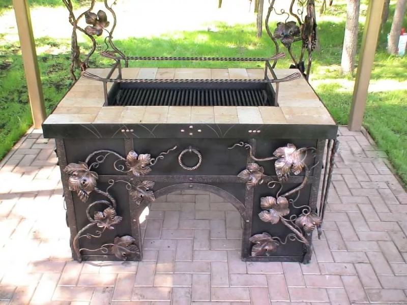 Красивый кованый стол для мангала