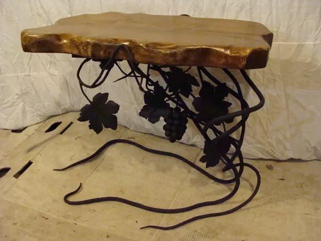 Кованый стол с камнем на виноградной лозе