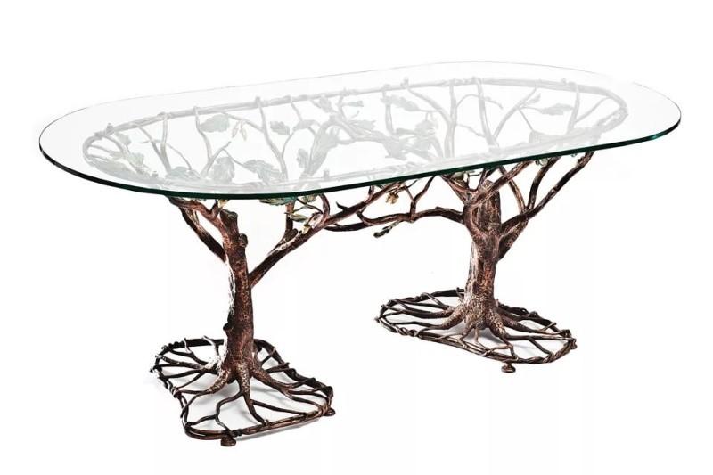 Овальный кованый стол на стволах деревьев