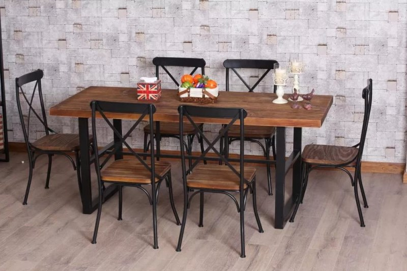 Кованый обеденный стол с деревянной столешницей