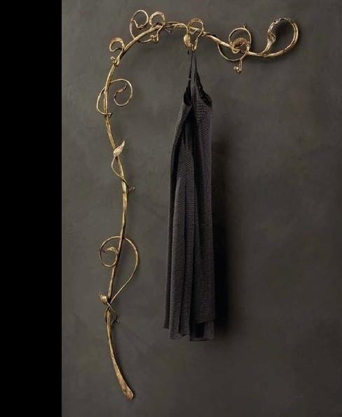 Вешалка настенная кованая для одежды золото