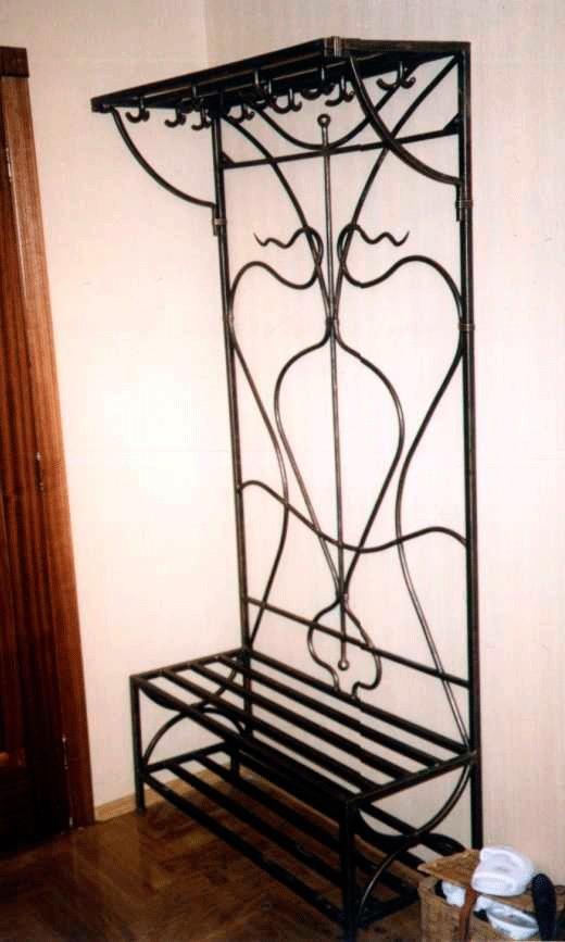Высокая вешалка кованая на стену с полочками для обуви