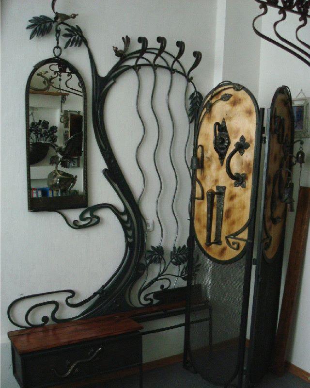 Вешалка кованая на стену с зеркалом, ширмой и тумбочкой