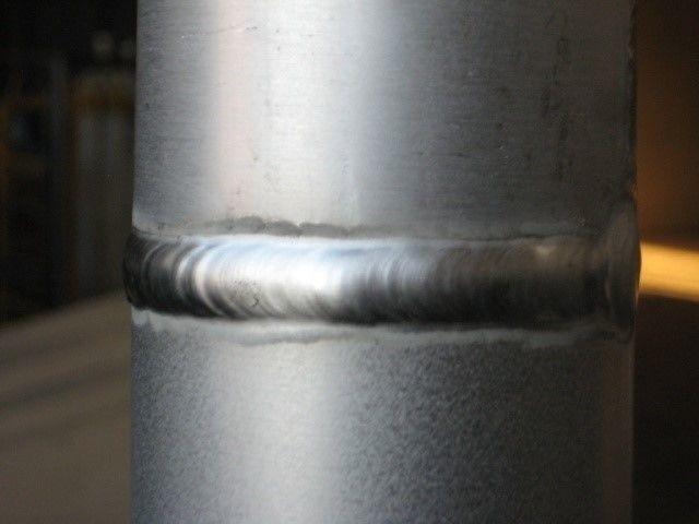 Сварочный шов на алюминиевой трубе