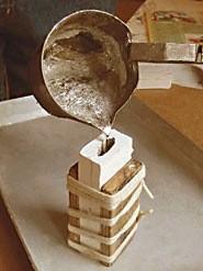Две полуформы между листами фанеры, стянутые жгутом