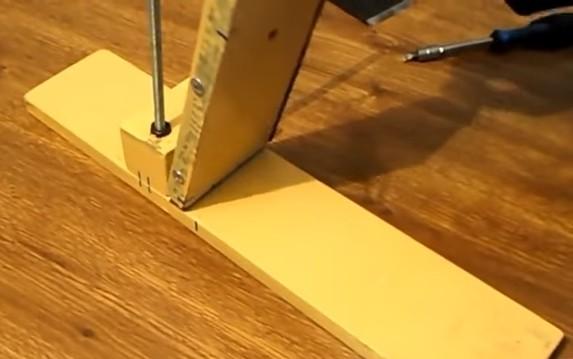Крепление фиксирующего бруска к основанию при помощи рояльной петли
