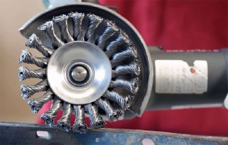 Насадка на болгарку в виде металлических щеток