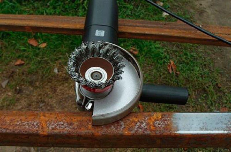 Удаление ржавчины при помощи насадки с щетками