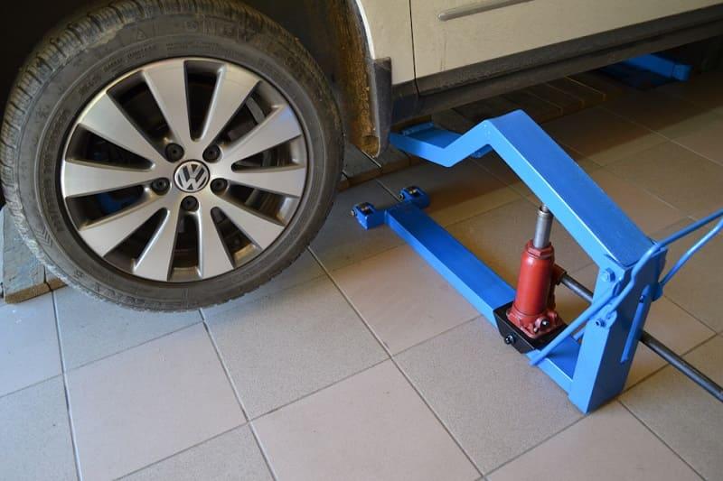 Использование подкатного домкрата для ремонта автомобиля