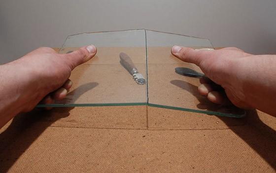 Процесс разделения стекла по линии разреза