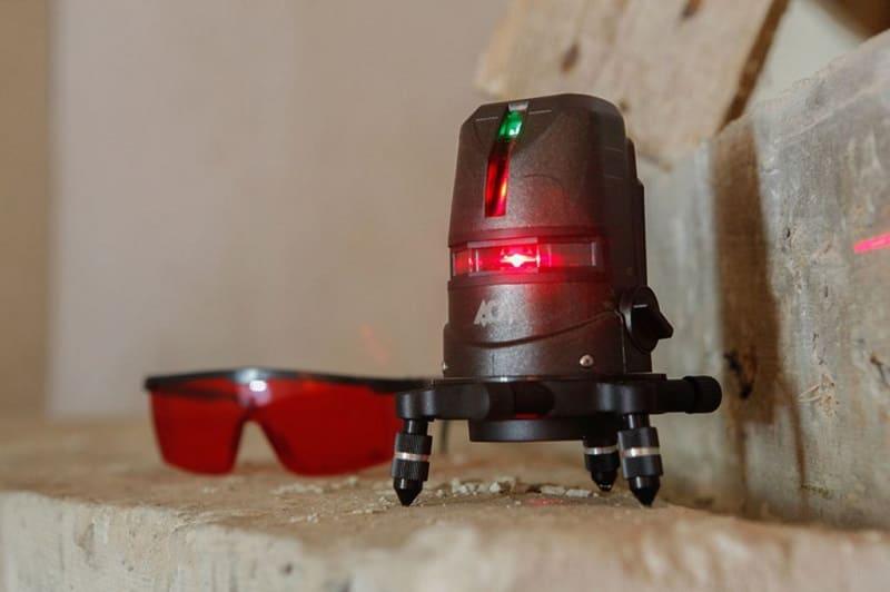 Лазерный уровень в комплекте с защитными очками