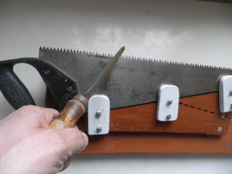 Фиксация напильника для наточки пилы