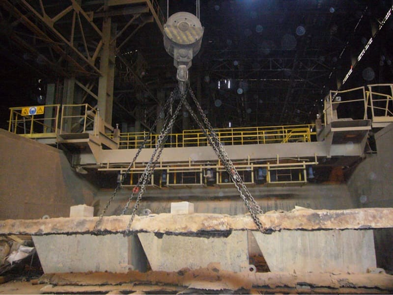 Подъем груза в металлургическом цехе