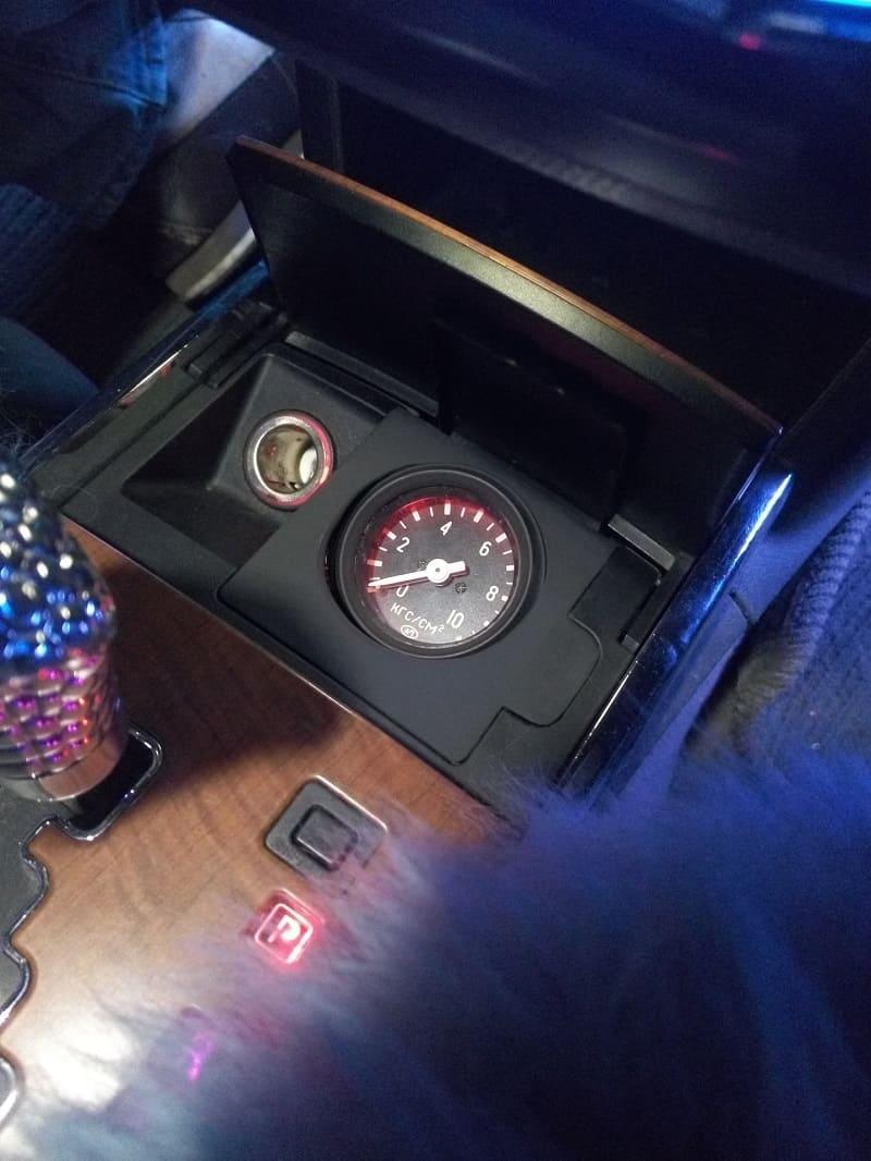 Манометр, установленный в автомобиле