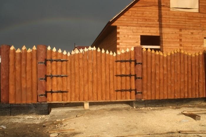 Волнообразный забор из горбыля
