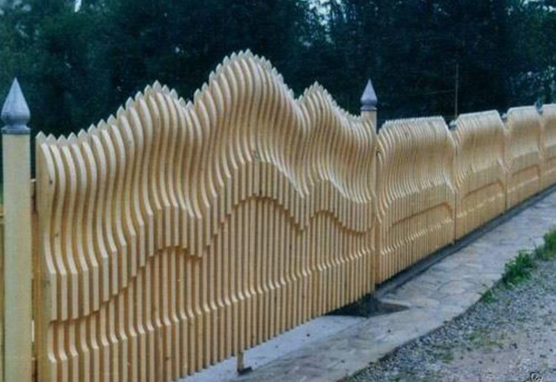 Забор из горбыля в оригинальном оформлении