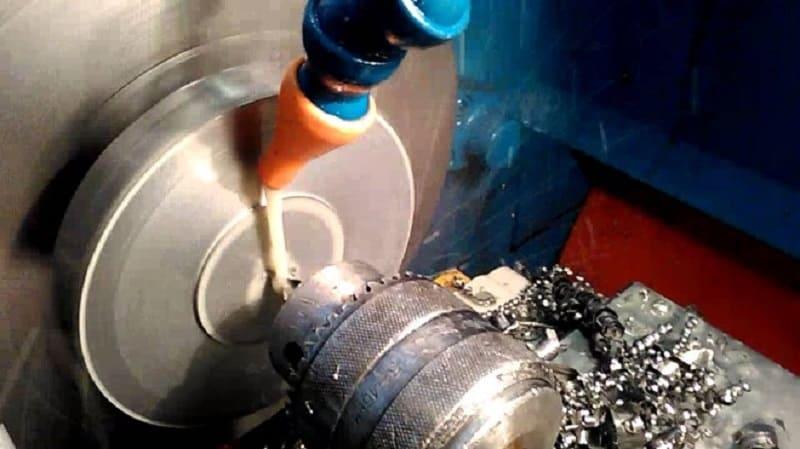 Центровочное сверло в процессе обработки отверстия в станке