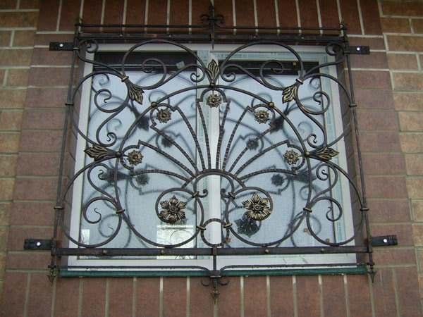 Решетка на окне в цветочном стиле