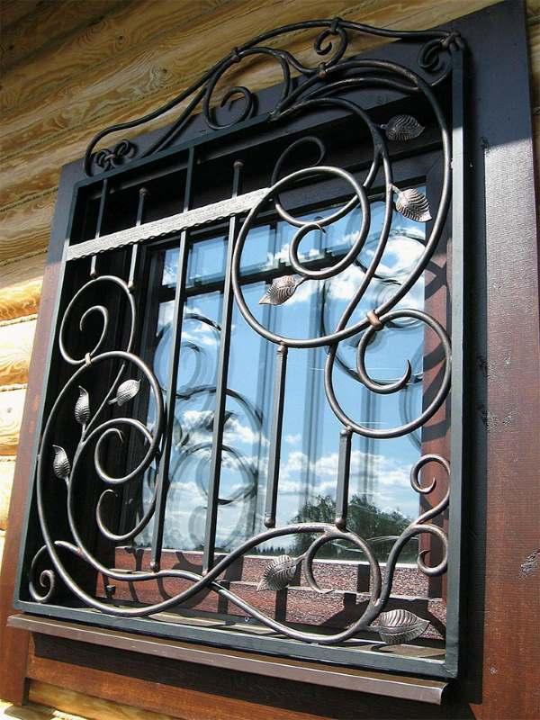 Кованая решетка на окно для деревянного дома