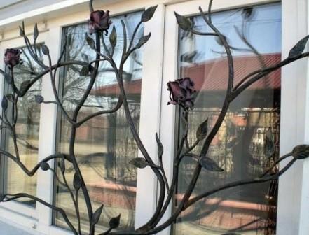 Оригинальная авторская решетка в виде розового дерева под окном