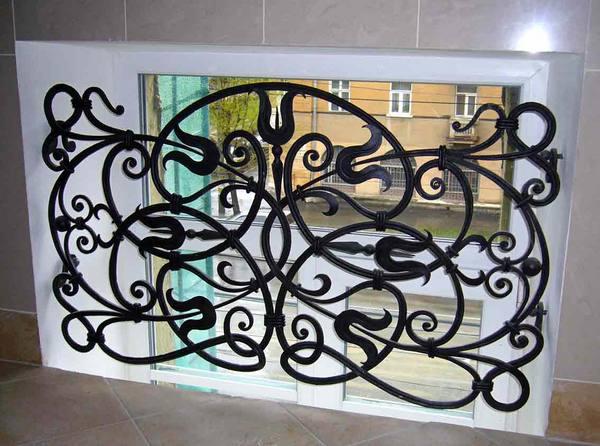 Оригинальная решетка для окна в подъезде