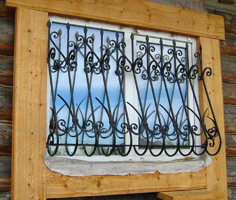 Решетка, прекрасно дополняющая окно деревянного дома в русском стиле