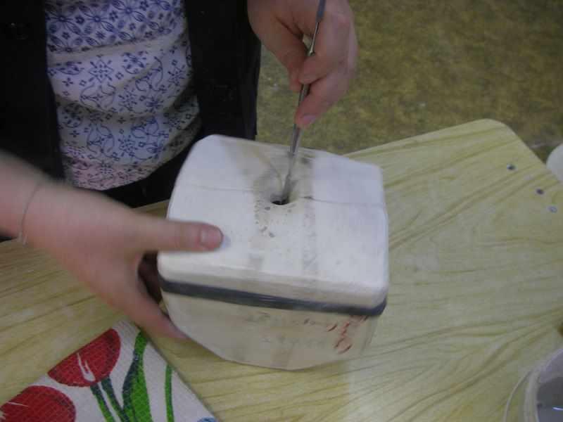 Очистка отверстия тонким шпателем
