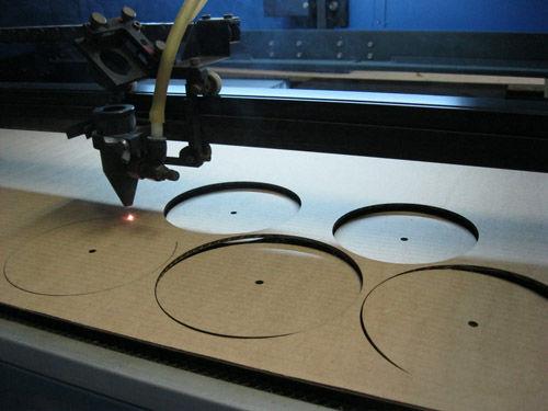 Из плотной бумаги или картона подготавливают шаблоны