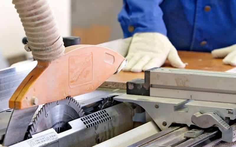 Промышленный станок для распила ДСП с вакуумным удалением стружки