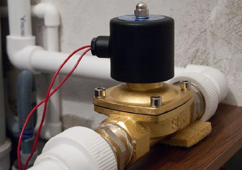 Электромагнитный клапан, установленный в водопроводной системе