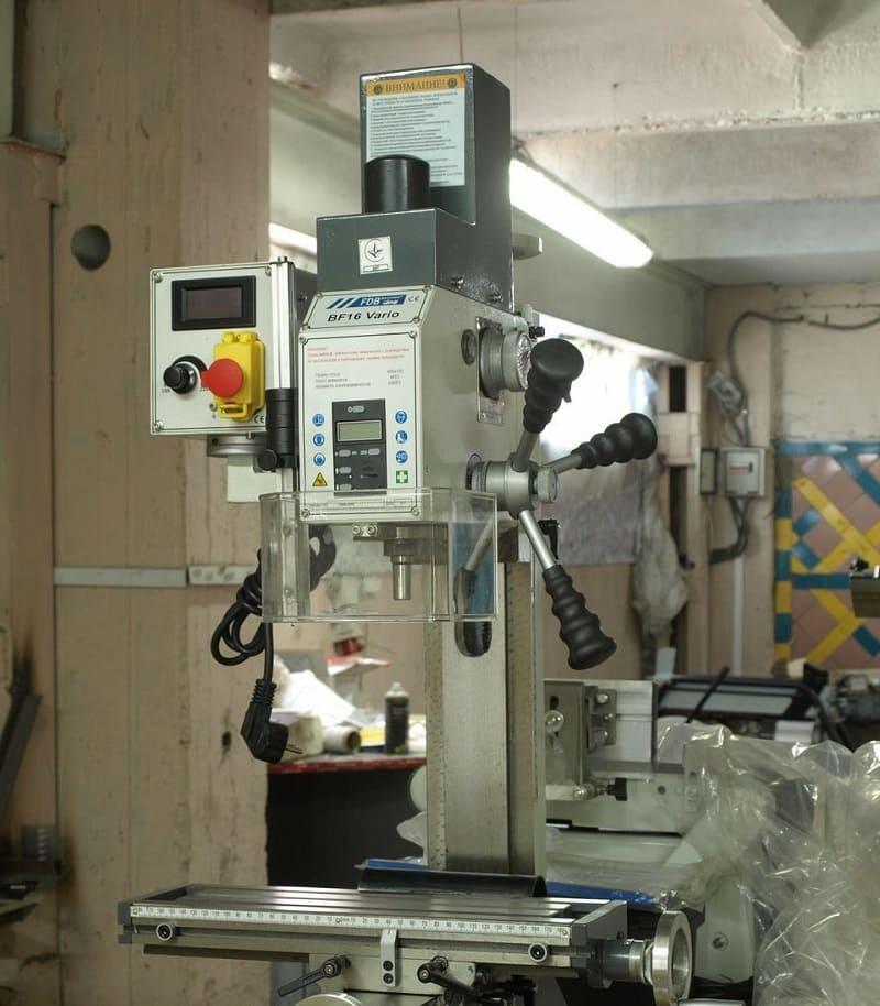Сверлильно-фрезерный станок на производстве