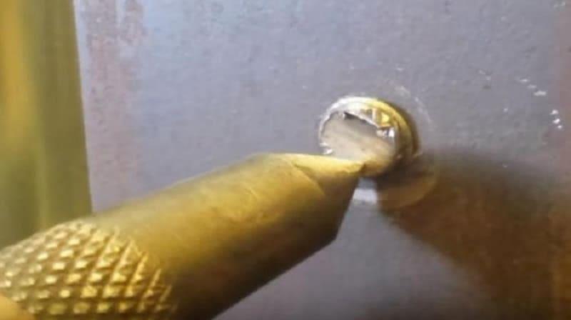 Как выкрутить болт с отломанной головкой